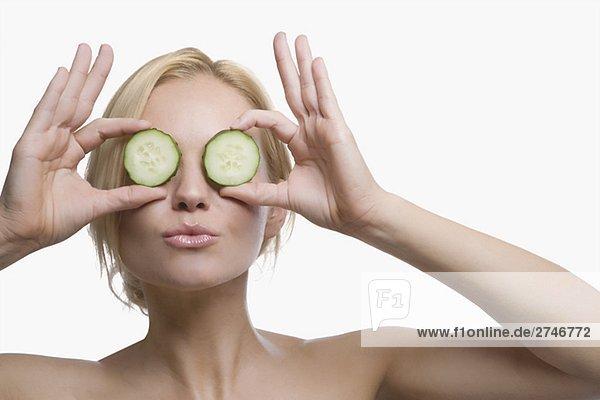 junge Frau junge Frauen halten Scheibe frontal Close-up Gurke Blechkuchen
