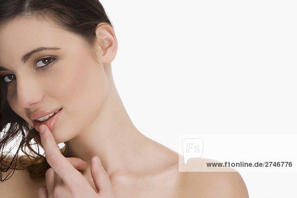 Nahaufnahme einer jungen Frau berühren ihre Lippen
