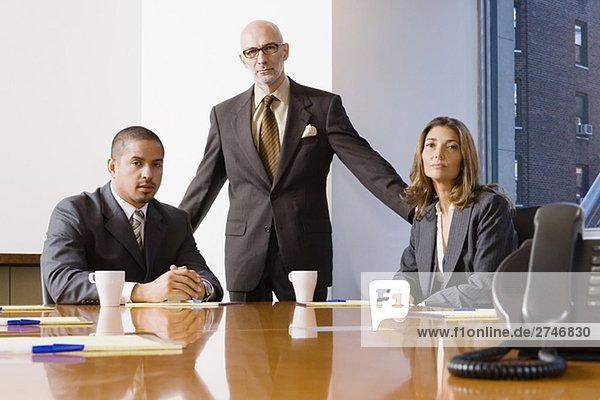 Porträt von zwei Geschäftsleute mit eine geschäftsfrau in einem Büro