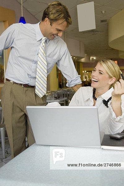 Geschäftsfrau und Kaufmann lächelnd in einem restaurant