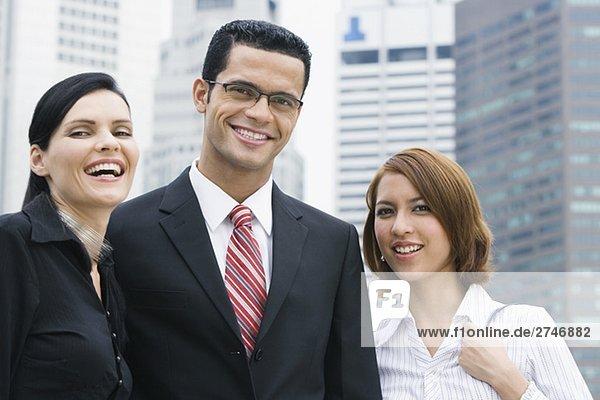 Portrait eines Kaufmanns und zwei Geschäftsfrauen lächelnd