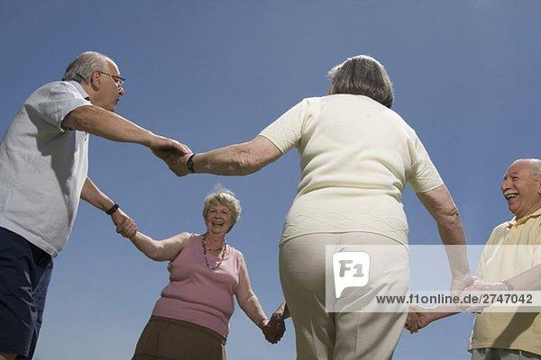 Untersicht of senior Leute halten Hände voneinander