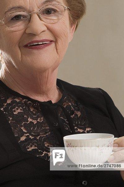 Nahaufnahme einer Frau Tee trinken