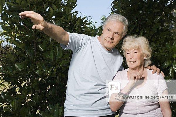 älteres Paar Standing in einem Garten