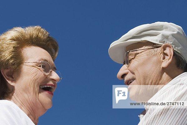 Seitenansicht ein älteres Paar lächelnd