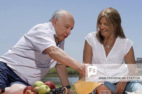 älteres Paar bei Picknick