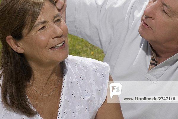 Nahaufnahme eines senior Paares sitzen in einem park