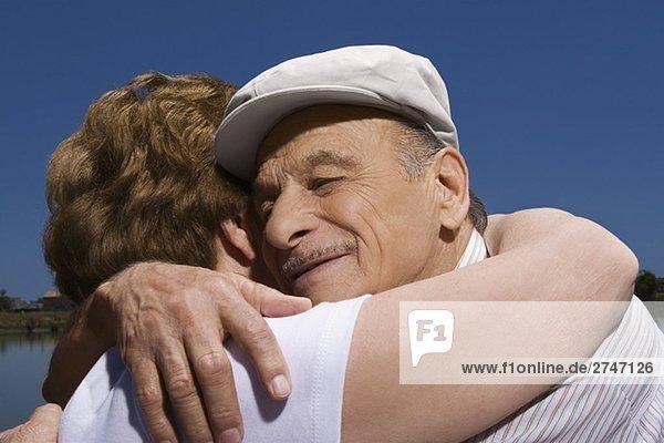 Nahaufnahme von einem senior paar umarmen einander
