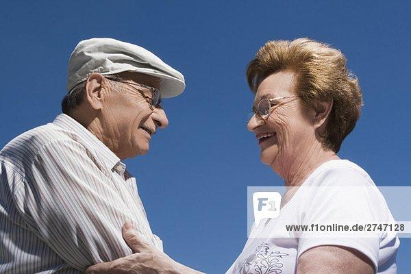 Seitenansicht ein Senioren halten einander und lächelnd