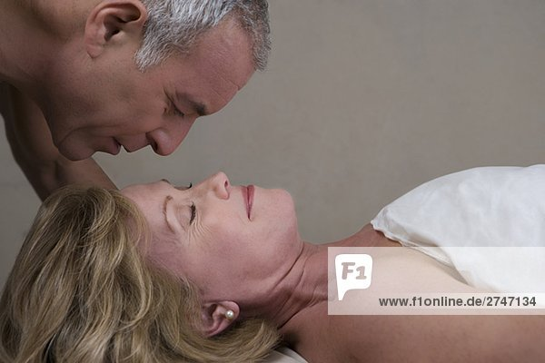 liegend liegen liegt liegendes liegender liegende daliegen Senior Senioren Frau Mann sehen Massage Close-up reifer Erwachsene reife Erwachsene Tisch