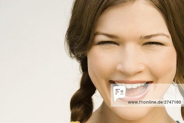 Nahaufnahme einer jungen Frau lachen