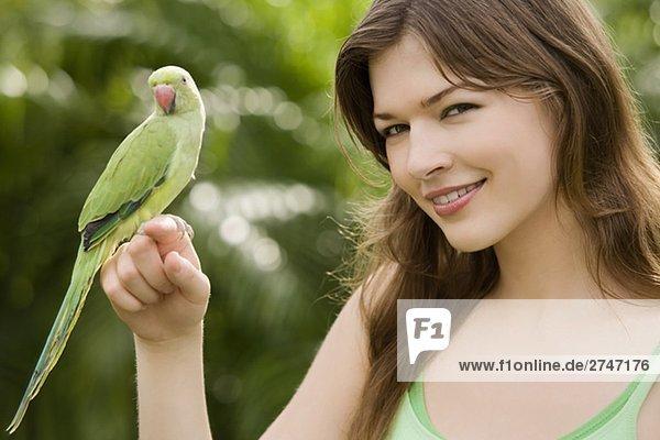Papagei auf eine junge Frau hand