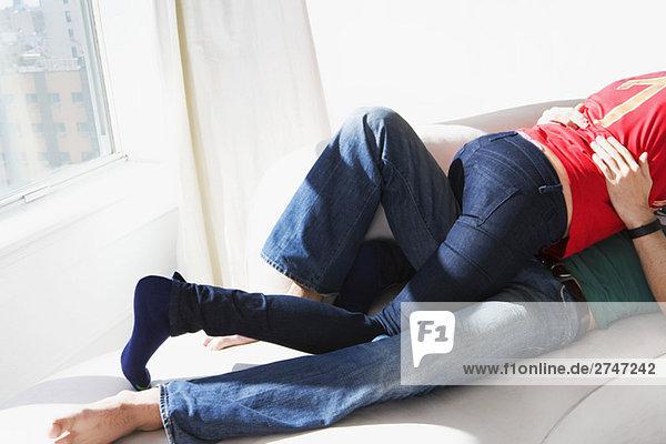 Niedrige Schnittansicht der ein junges paar romancing auf dem Bett