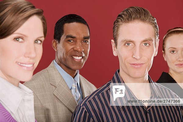 Portrait von vier Führungskräften lächelnd