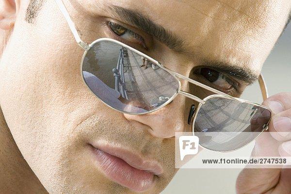Nahaufnahme eines Mitte Erwachsenen Mannes wird über seine Sonnenbrille
