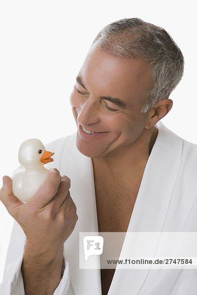 Senior Senioren Mann lächeln halten Spielzeug Close-up Ente