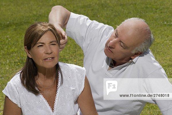 älterer Mann anpassen das Haar von ältere Frau