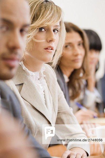 Geschäftsleute bei einem Treffen in einem Sitzungssaal