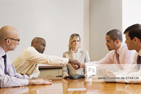 Geschäftsleute in einem Sitzungssaal