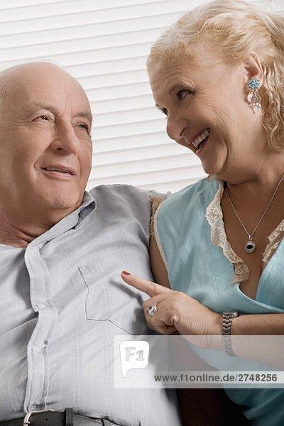älteres Paar zusammensitzen und lächelnd