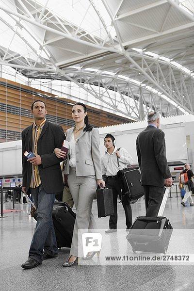 Geschäftsleute zu Fuß auf einem Flughafen
