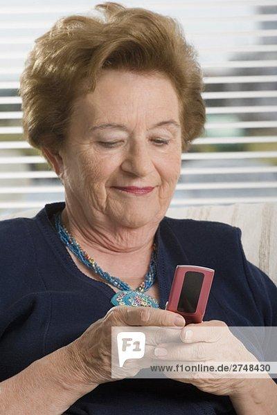 Nahaufnahme of ältere Frau Text-messaging