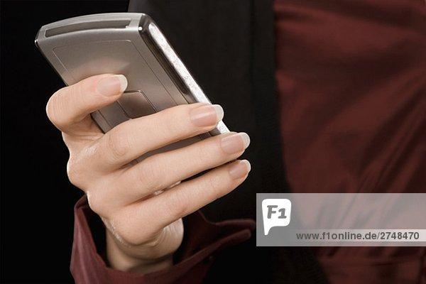 Nahaufnahme eine geschäftsfrau Text-messaging