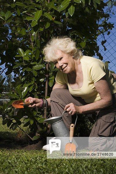 Portrait of ältere Frau Gartenarbeit