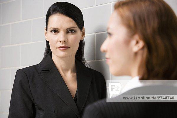 Porträt von geschäftsfrau mit einem anderen geschäftsfrau vor ihr stehen