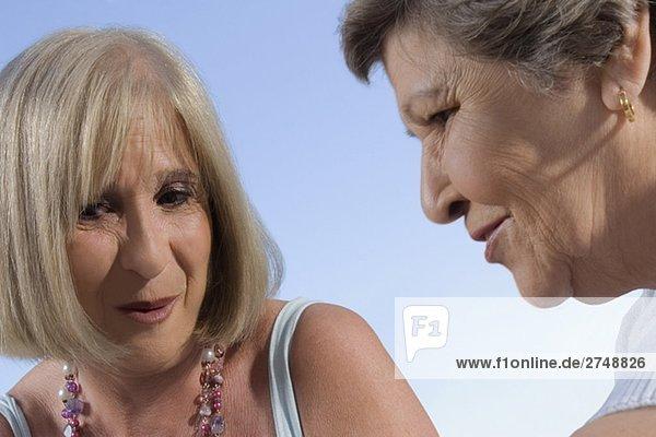 Nahaufnahme einer Reifen Frau und ein senior Lächelnde Frau