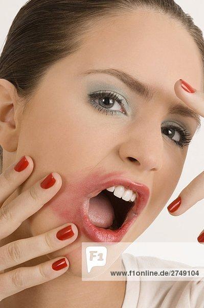 Portrait einer jungen Frau mit ihren chaotischen Lippen