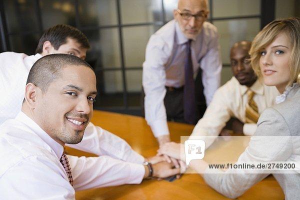 Geschäftsleute  einander die Hände Inverkehrbringen