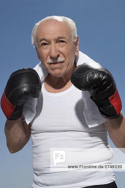 älterer Mann-in-Box-pose