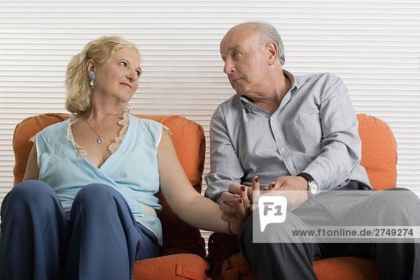 älteres Paar zusammensitzen