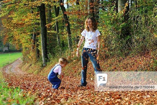 entfernt Stilleben still stills Stillleben stehend sehen Junge - Person Weg Wald Herbst bedecken Fahrrad Rad Laub