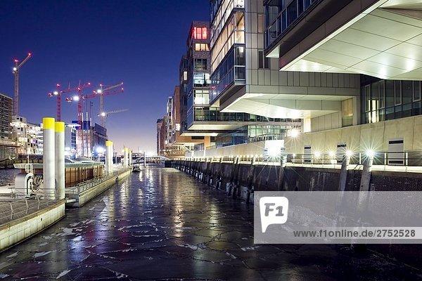Gebäude in Stadt beleuchtet nachts  Deutschland Gebäude in Stadt beleuchtet nachts, Deutschland