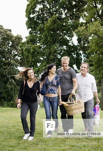 Frauen und Männer beim Picknick