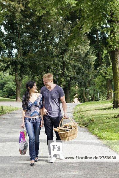 Mann und Frau beim Picknick
