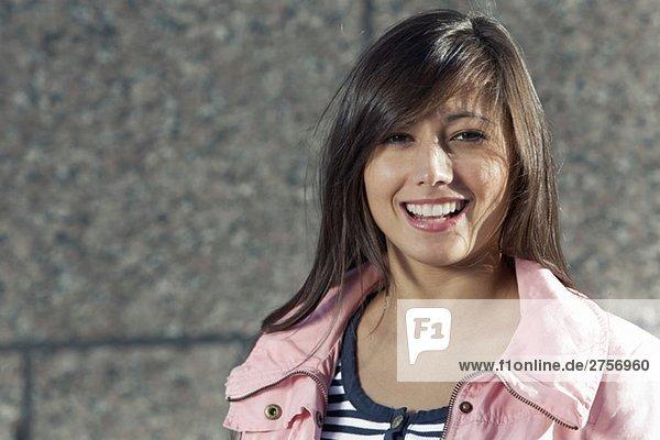 Glückliches Mädchen mit rosa Jacke