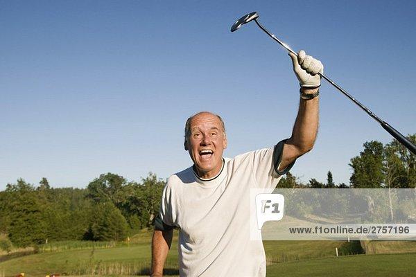 Der Mensch ist erfolgreich im Golfsport