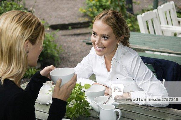 Freunde im Außenrestaurant