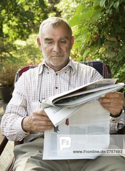 Man readning the newpaper Man readning the newpaper