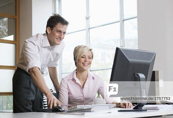 Zwei Personen bei der Arbeit