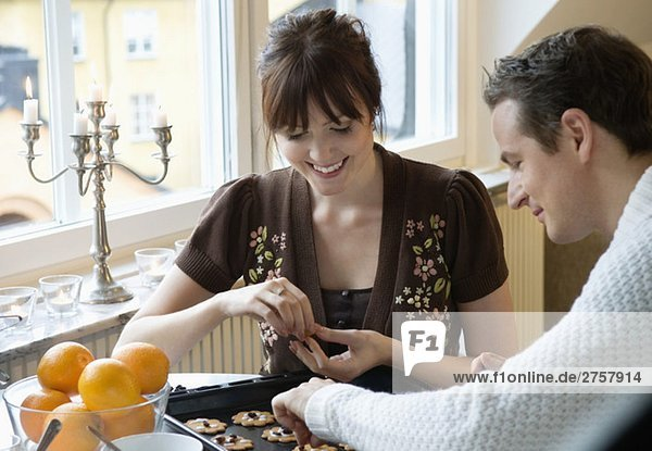 Mann und Frau beim Lebkuchenbacken