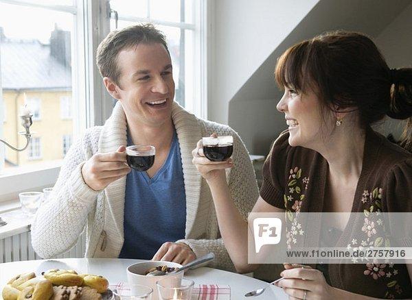 Mann und Frau trinken Glühwein