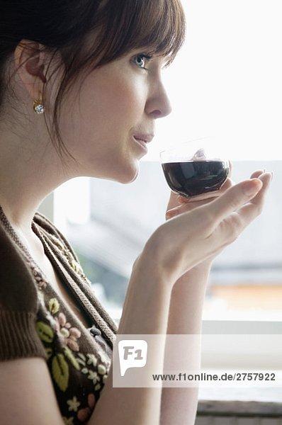 Frau trinkt Glühwein