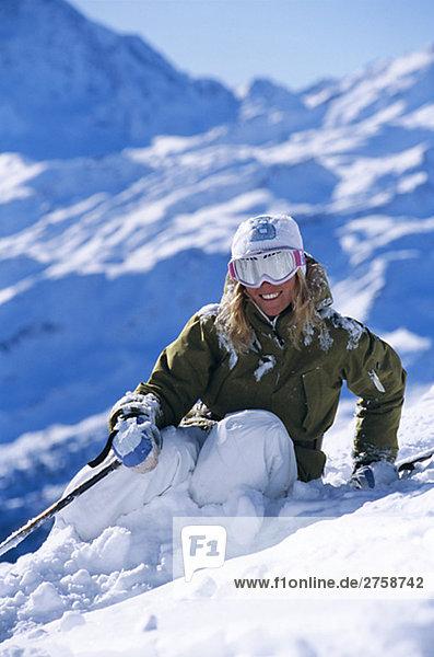 Ein Skifahrer im Schnee.