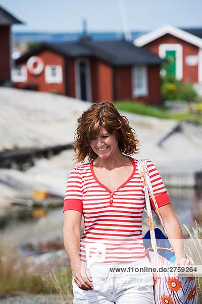 Eine Frau zu Fuß in den Schären von Stockholm Schweden.