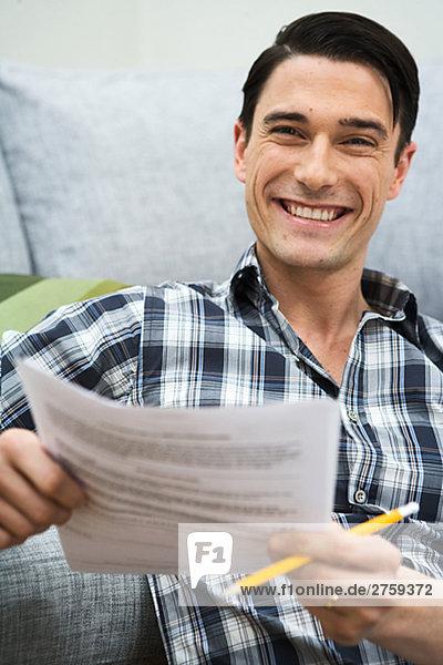 Mann Papier halten Stück