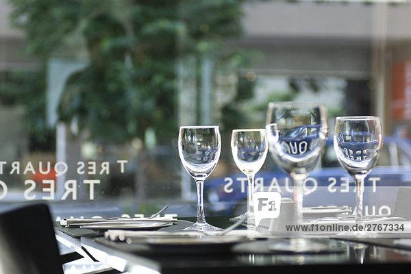 Weingläser auf dem Restauranttisch